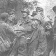 Befreier mit Überlebenden, Mai 1945