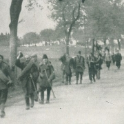 Befreite Häftlinge verlassen das Lager
