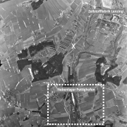 Aerial photograph of the USAF of 16.3.1945; the marked section shows the concentration camp subcamp. The X marks the level crossing.