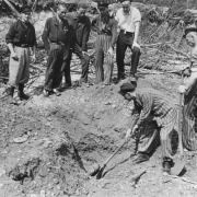KZ Linz III: Überlebende in einem Bombenkrater, Mai 1945