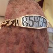 Armband von Ed Mosberg (KZ Linz III) mit seiner Häftlingsnummer