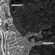Überblick 1:10.000 mit GPS-Daten; 1: Gedenkstätte und ehem. Lagergelände 2: Stolleneingänge