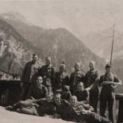 SS-ler im Hintergrund Koschuta Gebirge