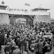 Befreite Insassen bei der Ankunft der 11. Panzerdivision im KZ-Mauthausen am 6.5.45