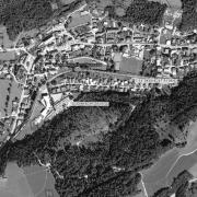Überblick 1:5.000 mit GPS-Daten; 1=ehem. lagergelände, 2=Friedhof mit Memorial