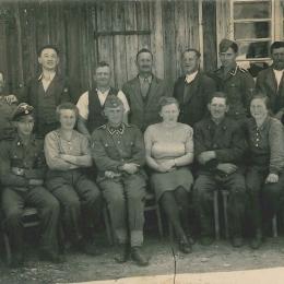 SS und Zivilisten in Bachmanning, 1940er Jahre